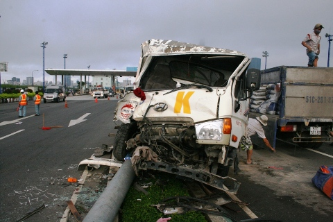Đầu xe ben biến dạng, vụ việc khiến tài xế và phụ xe bị kẹt cứng trong ca bin