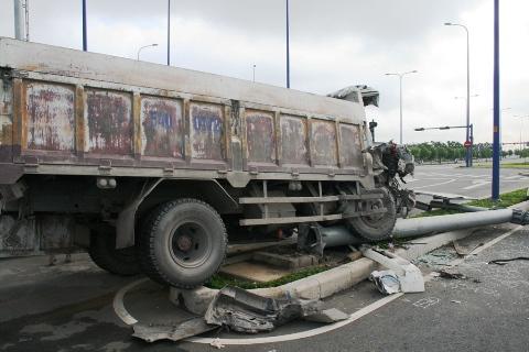 Chiếc xe hạ gục 1 biển báo giáo thông làm bằng sắt
