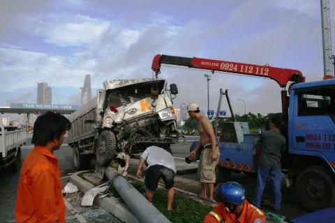 Xe cứu hộ đến đi dời phương tiện gặp nạn