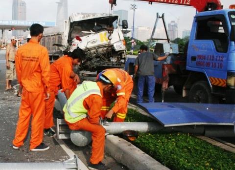 Nhân viên công ty công trình giao thông Sài Gòn đến khắc phục hiện trường