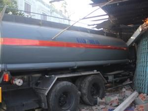 Chiếc xe bồn chở hóa chất húc đổ cửa nhà dân.