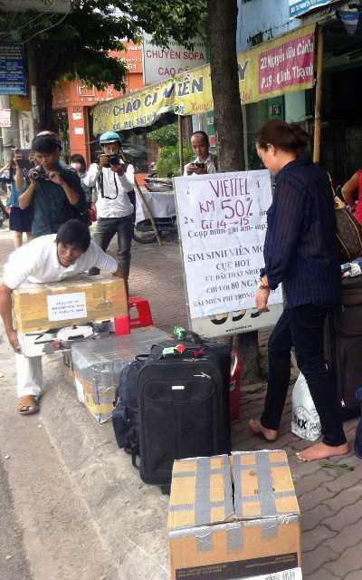 Vụ cháy khiến hành khách hoảng loạn khuân chuyển hàng hóa xuống đường