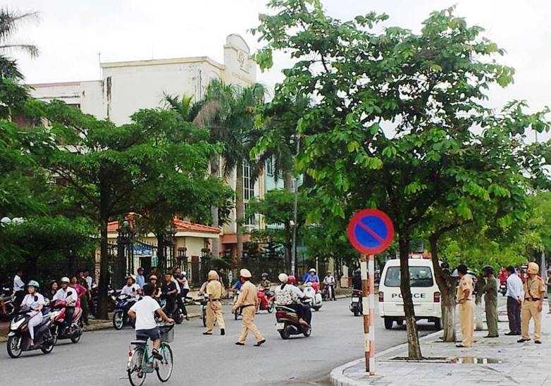 Người dân hiếu kỳ tập trung trước cổng UBND TP Thái Bình sau khi xảy ra vụ việc. Ảnh CTV.