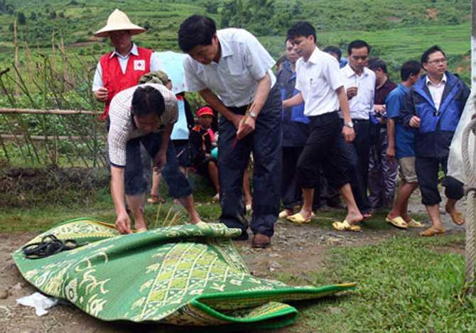 Lãnh đạo tỉnh Lai Châu, huyện Phong Thổ thắp hương cho nạn nhân xấu số Tẩn Sa Xăm.