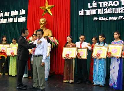 """Phó Chủ tịch UBND thành phố Đà Nẵng Nguyễn Xuân Anh đã trao giải thưởng """"Tỏa sáng Blouse trắng"""" cho 20 cá nhân tiêu biểu của các bệnh viện trên địa bàn Đà Nẵng."""