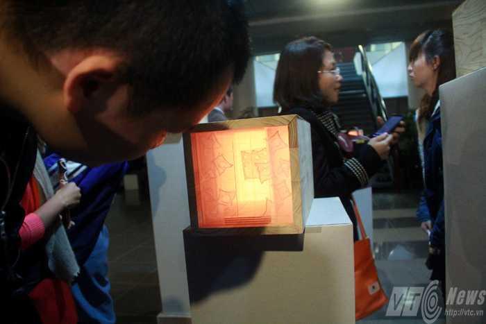 Các bạn trẻ Hà Thành rất hào hứng khi ngắm nhìn những tác phẩm độc đáo này