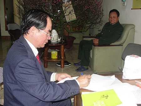 Lương y Phạm Cao Sơn khám bệnh cho thượng tá Nguyễn Kim Việt