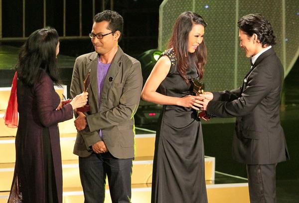 NSND Trà Giang tỏ ra khá lúng túng với màn chia sẻ trong phần trao giải cho Nam, nữ diễn viên chính xuất sắc nhất Huỳnh Đông và Đinh Y Nhung.