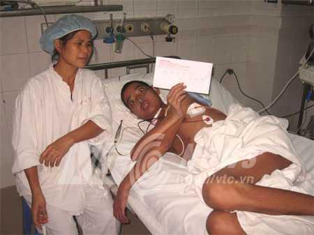 Số tiền trên tay Hùng trong phong bì do Hoa khôi chuyển giới Thu Hương tặng em trước Tết.