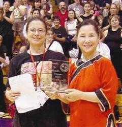 Mẹ của Chân Tử Đan - Nữ danh sư Mạch Bảo Thiền (phải).