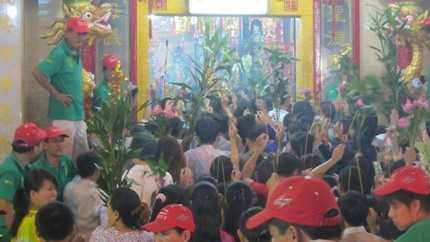 Mỗi người chỉ được cầm duy nhất một nén nhang để vào lễ chùa Bà ở Bình Dương vào tối 23/2 (ảnh: N.D)