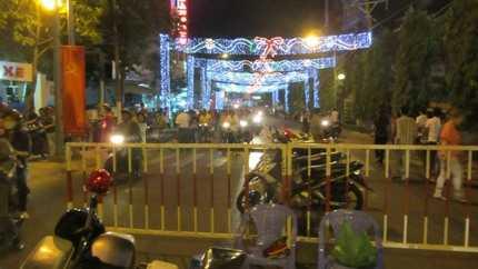 Phong tỏa giao thông tại đường vào chùa Bà để tránh xe bị tắc nghẽn ở bên trong (ảnh: N.D)