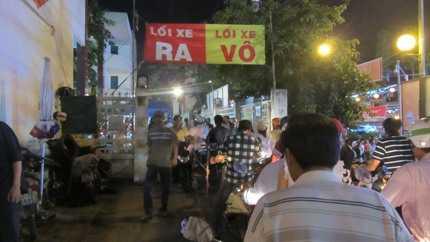Hàng chục bãi giữ xe tư nhân 'mọc' lên quanh khu vực chùa Bà với giá 10.000 đồng/lượt gửi xe gắn máy (ảnh: N.D)