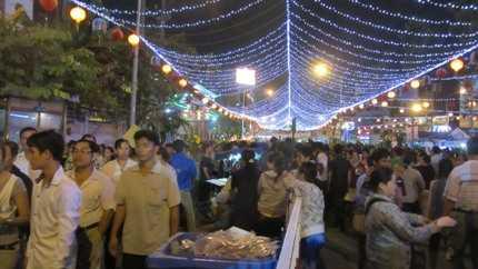 Hàng trăm nghìn người dân từ khắp mọi nơi đã đến với chùa Bà Thiên Hậu trong đêm 23/2 (Ảnh: N.D)