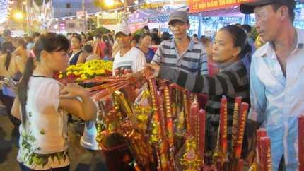 Các loại hình dịch vụ xung quanh chùa Bà cũng được dịp 'mua may, bán đắt' (Ảnh: N.D)