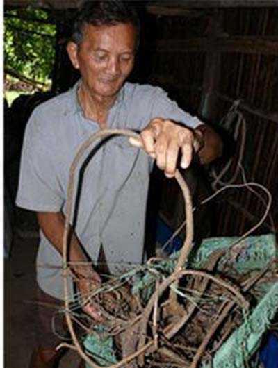 Ông Tám Ảnh và đồ nghề săn. Ảnh Quốc Việt