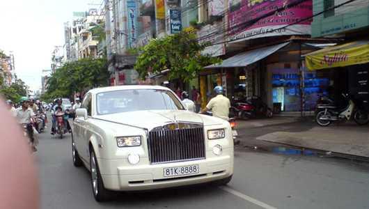 Đại gia Gia Lan tự gắn biển tứ quý 8 lên chiếc Phantom màu trắng. Sau này Công an Gia Lai đã thu hồi tấm biển này vì nó đã được đăng ký cho một mẫu xe khác