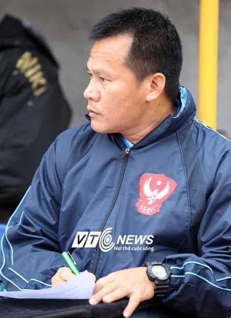 HLV Lư Đình Tuấn rời ghế nóng đội bóng của anh em nhà bầu Thụy khi mới ngồi chưa ráo chỗ (Ảnh: Quang Minh)