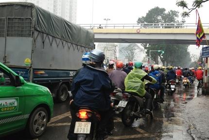 Giao thông Hà Nội ùn tắc cục bộ trong ngày đầu người dân đi làm sau kì nghỉ Tết. Ảnh: Thủy Trần