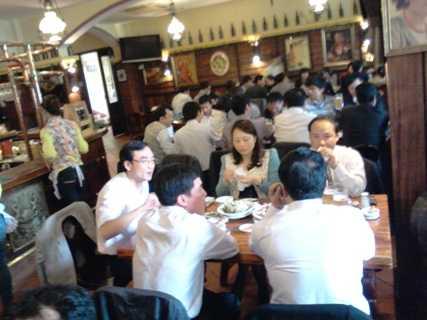 Nhiều quán bia, nhà hàng đông đúc vào buổi trưa. Ảnh: Minh Trí