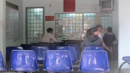 Phòng   xử lý vi phạm của Đội tuần tra, dẫn đoàn, Phòng CSGT TP.HCM chỉ có một   cán bộ giải quyết cho người dân trong khi có đến 4 người vi phạm đang   chờ (Ảnh: N.D)