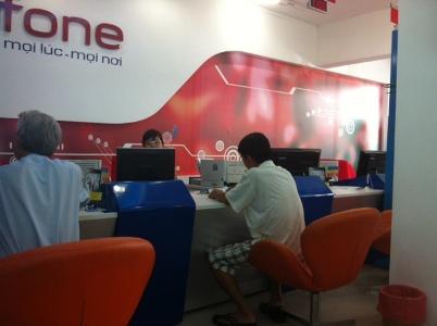 Trung   tâm II của Mobifone tại đường Bà Huyện Thanh Quan, Q.3 chỉ có 2 nhân   viên làm dịch vụ cho khách trong khi có rất nhiều khách đang đợi (Ảnh:   N.D)