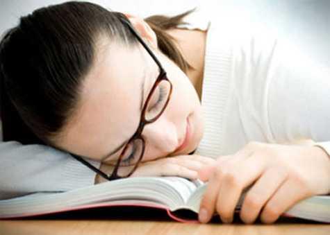 Nhiều bạn trẻ đến trường với bộ mặt ủ rũ vì buồn ngủ.
