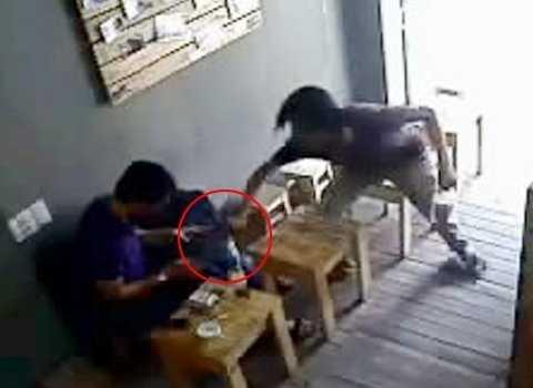 Xông vào quán cà phê cướp