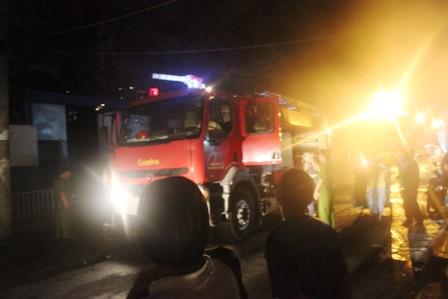 Hiện trường vụ cháy được dập tắt nhanh chống sau khi lực lượng PCCC điều động 5 xe nước đến hiện trường
