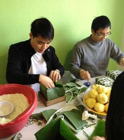 Chung cùng các du học sinh tổ chức gói bánh chưng để đỡ nhớ nhà