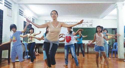 Sandra Ngo Trong dạy múa miễn phí tại mái ấm Hoa Hồng Nhỏ.