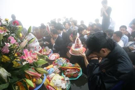 Người dân dâng lễ tại chùa Đồng, khu danh thắng Yên Tử trước giờ khai hội.