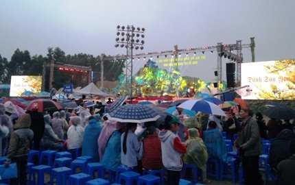 Quang cảnh sân khấu Yên Tử trước giờ khai hội, đón bằng công nhận di tích quốc gia đặc biệt.