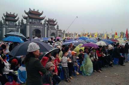 Dù còn mấy tiếng nữa chương trình khai mạc mới bắt đầu nhưng hàng ngàn người đã đội mưa ngồi chờ...