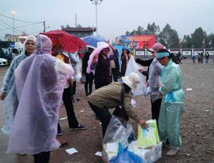 Trời đổ mưa, nhiều dịch vụ phát sinh với giá 'cắt cổ', đặc biệt là áo mưa...