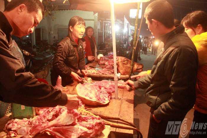 Du khách đến với Chợ Viềng không thể quên được món thịt bò, bê thui có tiếng. (Ảnh: Phạm Thịnh)