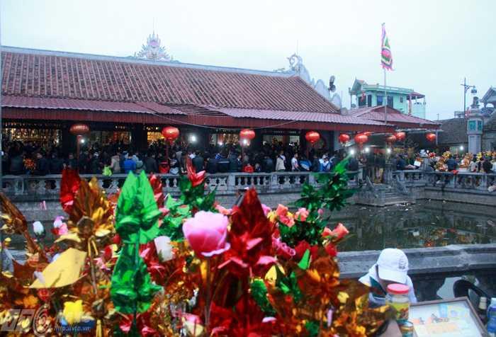Du khách kết hợp đi Chợ Viềng và lễ Phủ Dầy mong may mắn và bình an