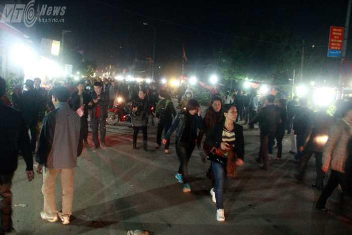 Càng về đêm, dòng người đổ về Chợ Viềng mỗi lúc một đông  (Ảnh: Phạm Thịnh)