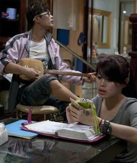 Lưu Quân Linh và anh trai khi ở nhà - Ảnh: BBC