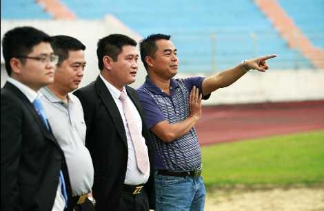 Ông Trần Tiến Đại và lãnh đạo đội bóng Sài Gòn Xuân Thành (Ảnh: Báo Tiền Phong)