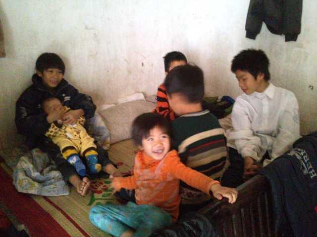 Những đứa con lớn nhỏ của anh chị Năm - Hải.