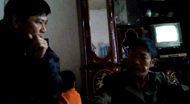 ThầyNguyễn Đình Cư (bên trái), Hiệu phó Trường Tiểu học Đông Mai trực   tiếp vào tận nhà mời anh Ngô Doãn Năm (bên phải) lên phường để xin được   làm khai sinh cho con dù chưa có sổ hộ khẩu.