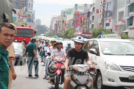 Ùn tắc nghiêm trọng trên đường Nam Kỳ Khởi Nghĩa sáng ngày 24/2 (Ảnh Phạm Nguyễn)