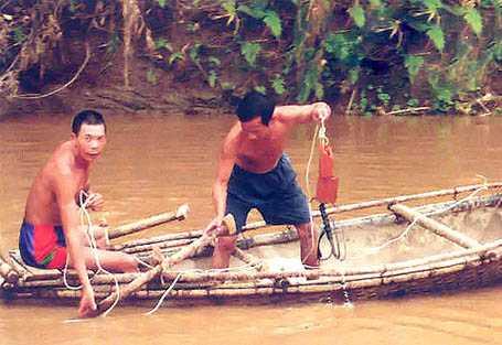 Thả câu chiên khổng lồ trên sông Đà. Ảnh Quốc Việt