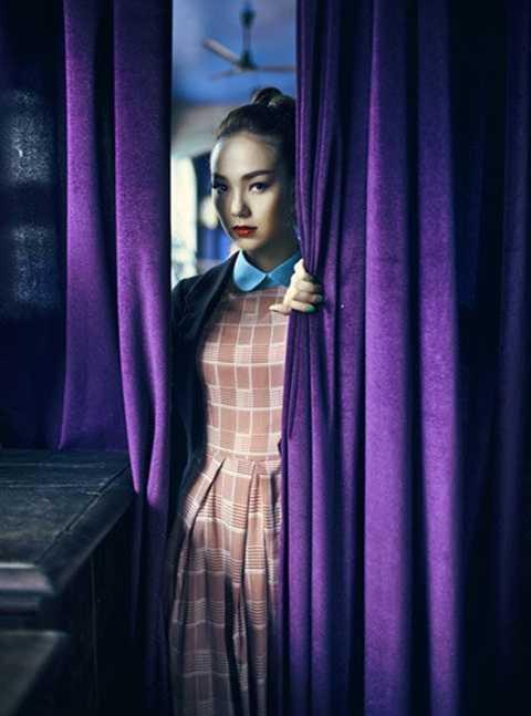 Từ bỏ hình ảnh nhí nhảnh, ngây thơ, Minh Hằng xuất hiện trong bộ ảnh mới, vào vai người phụ nữ đầy ưu tư khi trở về căn nhà cũ của mình