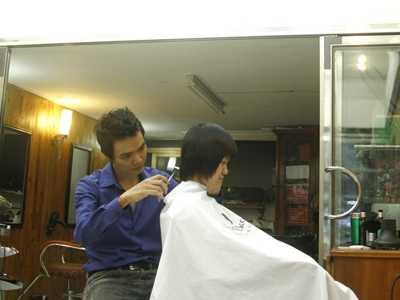 Mỗi ngày Thanh Monaco chỉ cắt, làm tóc cho 6 khách hàng.  Ảnh: Mai Xuân Tùng.