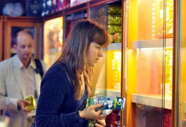 Khách quốc tế đang chọn mua hàng tại sân bay Nội Bài. Ảnh: AQ