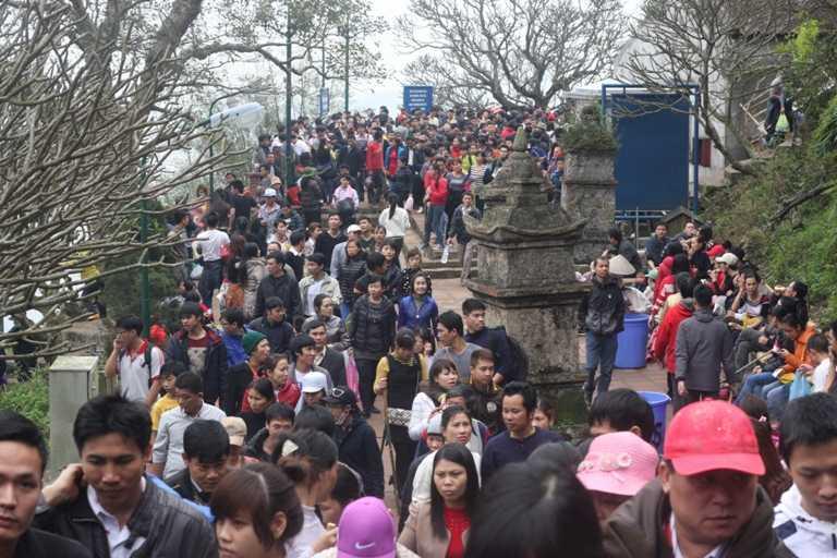 Dòng người mỗi lúc đổ về Yên Tử ngày một đông.