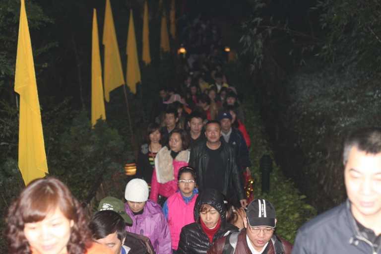 Nhiều gia đình đã phải đi từ sáng sớm để lên đến chùa Đồng.