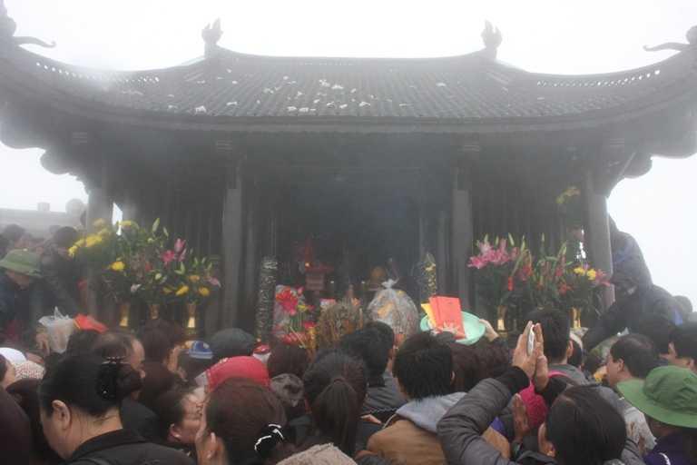 Lượng người dâng lễ đông khiến khu vực chùa Đồng trở nên nhốn nháo.